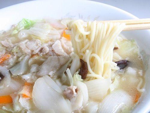 画像: 次に「五目そば」。イカや豚肉、玉ネギ、ニンジンなどを炒めてスープと共に味付け。