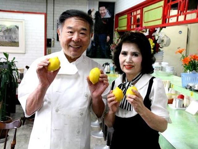 画像: ご主人の東泉藤夫さんが奥様やスタッフと切り盛りしています。「もっとレモンラーメンが日本中に広がるといいな」と笑います。