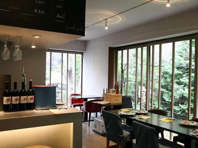 画像: ワインは100種類以上。北海道随一と信頼を寄せるカヴィストの協力のもと、上質でコストパフォーマンスに優れたワインが並びます。