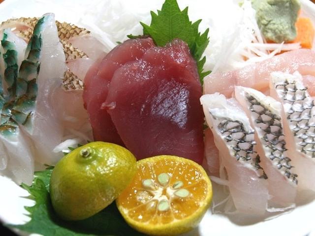 画像: 「海産物定食」には、ミーバイやイラブチャー、マグロ、シイラ、フエダイなど、その日にある新鮮な海産物のお刺身が。