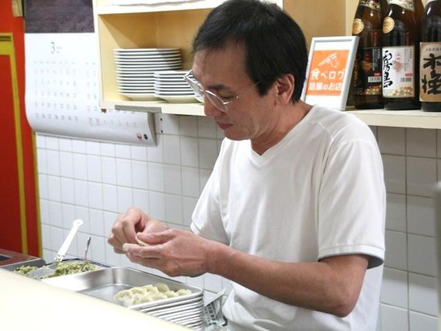 画像: 黒木堅次さん。今は2人の息子さんも手伝っています(康徳さんと航平さん)。すべて手作りなんです。餡はもちろん、皮まで手作り。