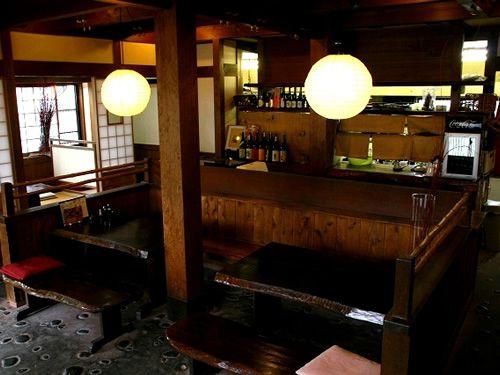 画像: 店内へと向かえば、昭和の雰囲気ながら、案外と新しい造り。伺えば昭和の雰囲気をそのままに、平成元年に建て替えたそう。