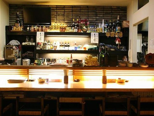 画像: 店内の中心部にゆったりとした空間が。その空間を、カウンターのほか、テーブル席、小上がりが囲んでいます。