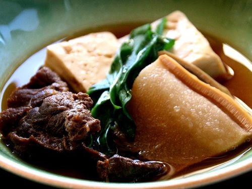 画像: くじらの煮物は、かつて、くじら漁が盛んだった頃を彷彿とさせる一品。