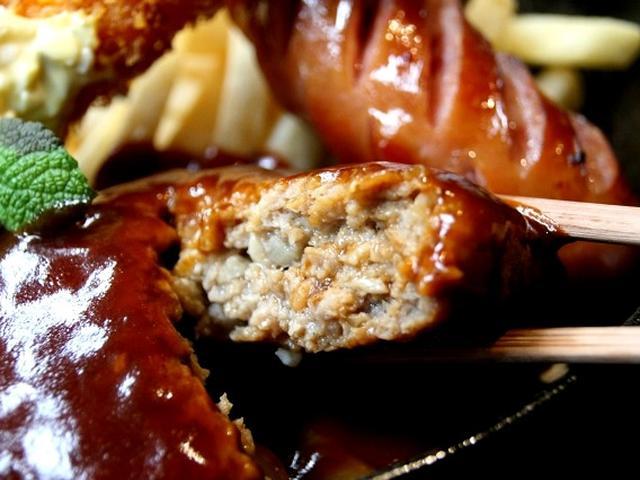 画像: 想像していたよりも、ずっとボリュームたっぷりです!ジューシーなハンバーグや、太くておおきなソーセージ。