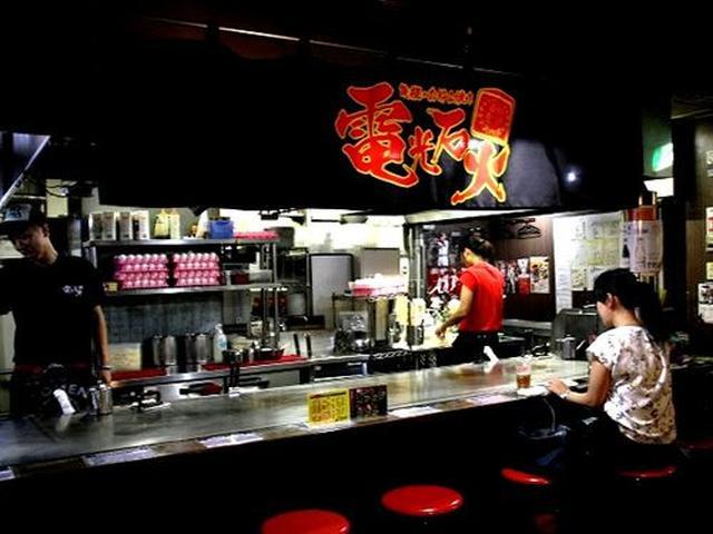 画像: 「ひろしまお好み物語 駅前ひろば」は、個性豊かな店舗が軒を並べる広島県有数の、お好み焼き総合施設。その中の一軒です。