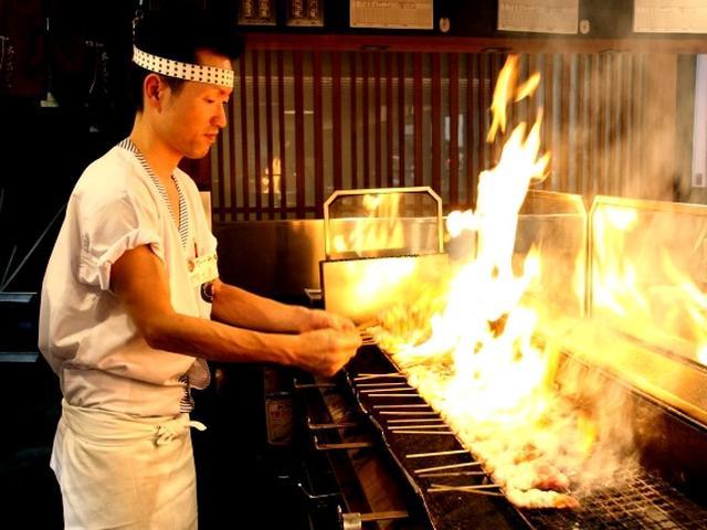 画像: 圧巻なのは焼き師さんと焼き台。特注の炭を用い、炎がドォーっと上がるスタイルにワクワクします。