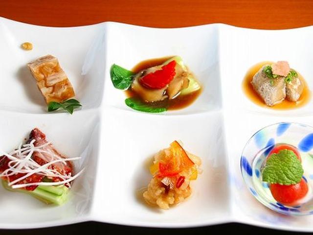 画像: 県産豚の叉焼(チャーシュー)やティビチの煮凝(にこごり)など、其々に丁寧な仕事がなされた前菜からして、さすがです。