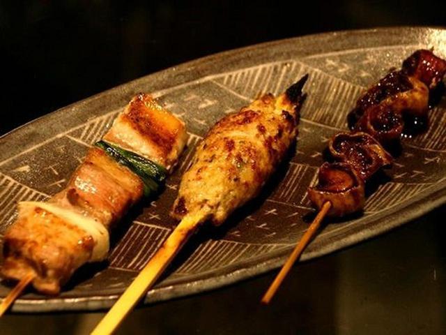画像: 「牛&豚マルチョウ串、ねり(つくね)、豚串」。洗練されたやきとりで美味しくてびっくり。