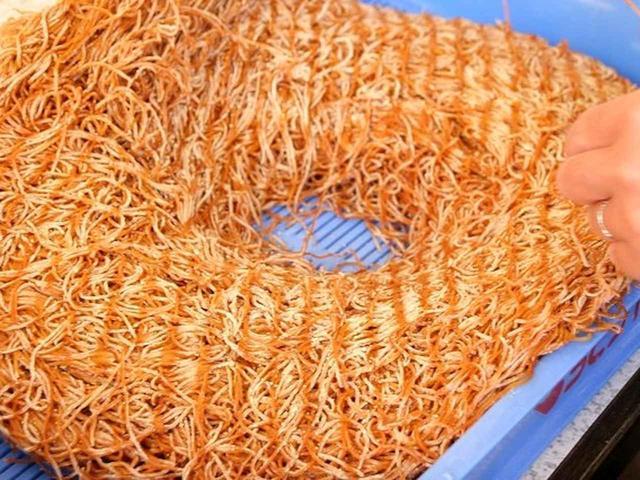 画像: シンプルに見えて、実はすごく手間がかかる一品でした。というのは、まず麺を蒸してから一日以上乾燥させます。