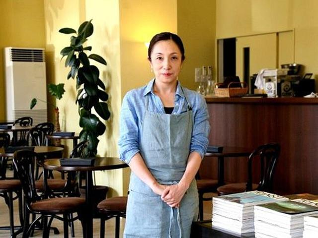 画像: 店主は佐藤綾子さん。店内中央には、閲覧可能な雑誌もディスプレイされています。お洒落な雑誌のバックナンバーが、ずらり。