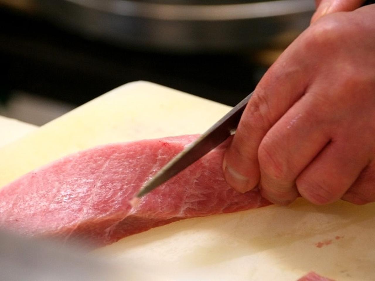 画像: 親方の百々宏二さんは、塩釜の出身。「小さい頃から寿司屋になるのが夢だったんです」と笑うとおり、寿司店主が天職のような方。