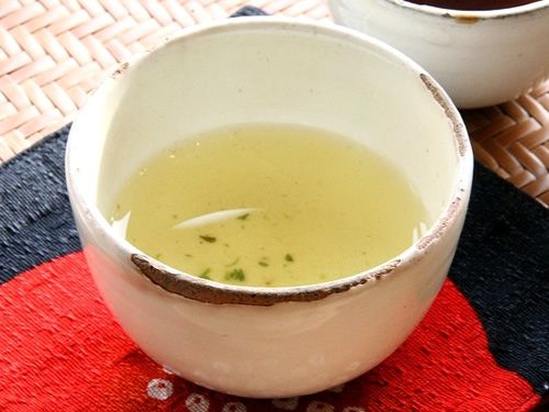 画像: 「かぶせ煎茶」は摘み取り前に茶畑に覆いをかぶせて栽培するため、濃い旨みと甘い香りがじっくりと味わえる、ぜいたくなお茶です。