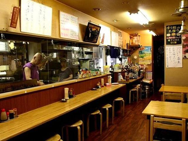 画像: 店内へ向かえば、カウンターとテーブル席。と思ったら、最近、2階もできたそうで、わぁ、広々です。さすが人気店。