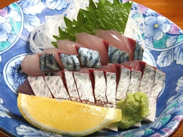 画像: 「首折れサバの刺身」。一湊という北部の地域でよく採れ、その朝挽きを使用。しっかりとした歯ごたえと旨みで素晴らしいです!