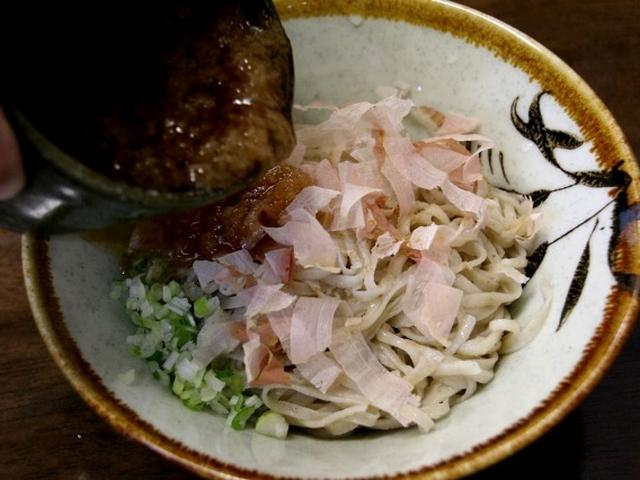 画像: 細麺と太麺が選べますが、定番なのは細麺。大根おろしが入ったツユをかけて味わうのが一般的な福井スタイル。