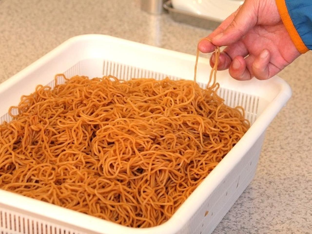 画像: それをお湯で戻してからラードにくぐらせて焼いています。こうすることで、麺に甘みも加わるのだとか。