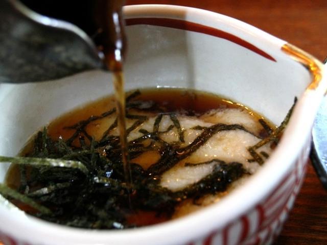 画像: 屋久島で採れたサバを用いたサバ節、枕崎産の本枯れ節などを用いたつけ汁も秀逸。やくとろの粘りともちもち感は、噂どおりです。