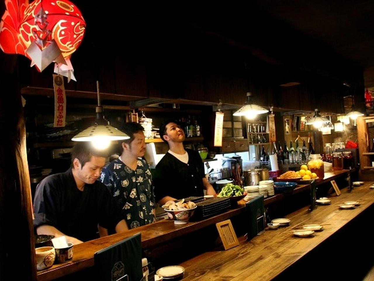 画像: 木目を活かした手作り感満載の店舗。親方の長尾一寿さんは、青森県弘前市の出身。東京で修業を積んで、仙台で店舗を開いたそう。