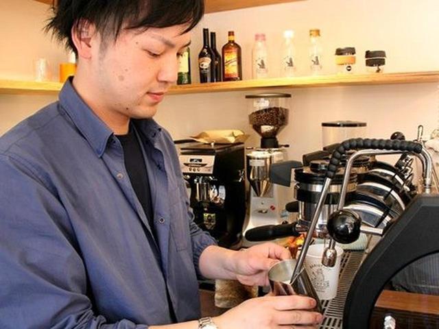 画像: ヘッドバリスタの竹内雄基さん。「Marzocco」というイタリア製のエスプレッソマシーンを使ったこだわりのコーヒーを味わえます。