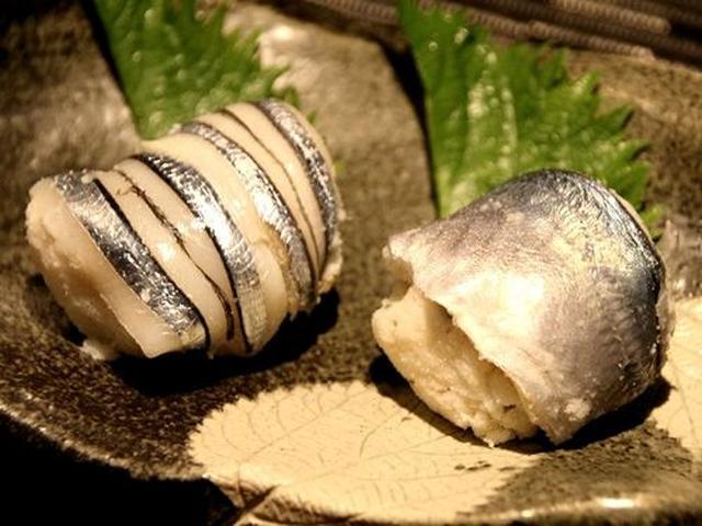 画像: 「丸寿司」。寿司といってもシャリではなく、おから。ネギとゴマ入りで、甘く酢で味付け。それと青魚。宇和島名物だそう。
