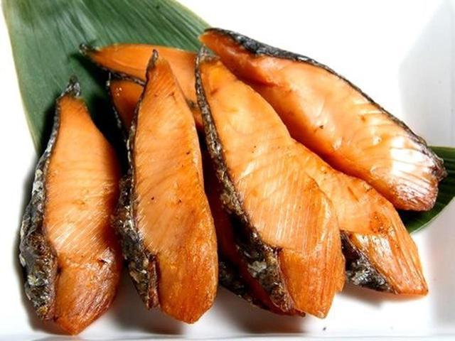 """画像: 「鮭半熟とば」。いわゆる""""鮭とば""""ですが、半熟と銘打つほど、柔らかく、それでいてしっかいとした鮭の風味も楽しめます。"""