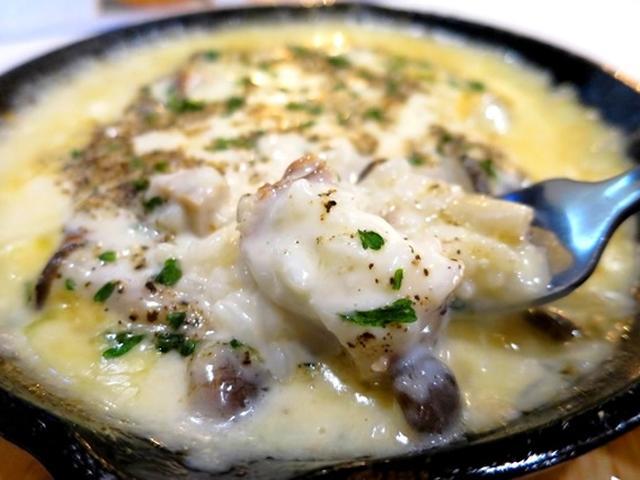 画像: 「復刻 焼きチーズリゾット」ホール状の熟成グラナパダーノと合わせて作られるチーズリゾット。