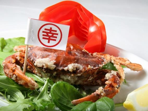 画像: 最初に登場したのが「幸せの蟹一杯丸ごと唐揚げ」。甲羅が香ばしさとともに柔らかい新食感。蟹肉も旨みたっぷり。