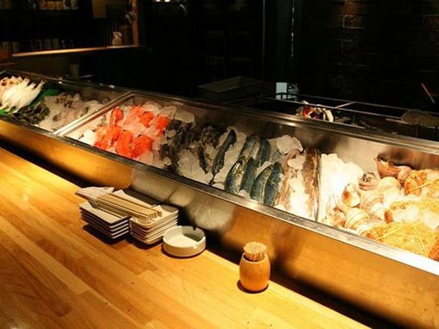 画像: カウンター前の鮮魚のショーケースが見事です。その日に届いた新鮮な魚たちがずらりと並んでいます。