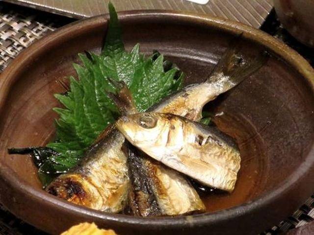 画像: 焼きママカリの酢漬け岡山県ではお馴染みの郷土料理。こんがり丸ごと焼いて、すぐに酢醤油に漬けているそう。