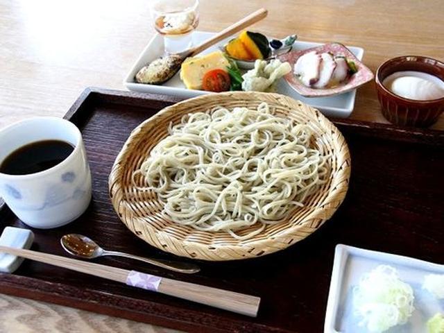 画像: 「昼のおきまり」。写真では全て並んでおりますが、実際は前菜→ざる蕎麦→デザートの順に出てきます。