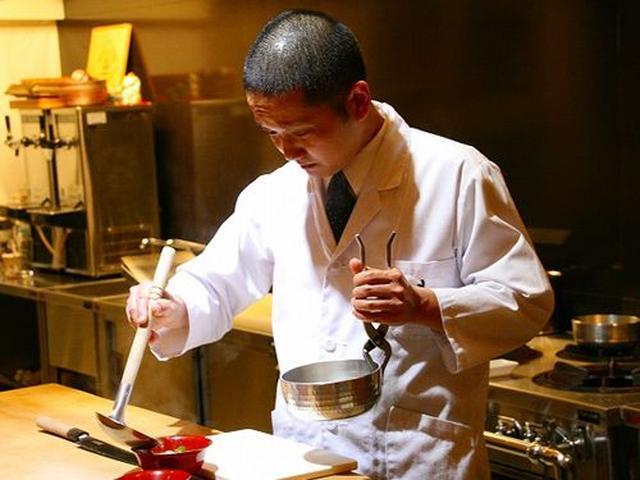 画像: 西田樹夫さん。料理歴約20年。カウンター9席、4名様と6名様程度の個室が2つで、調理をおひとりでなさっています。