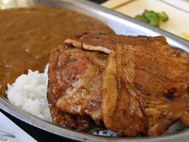 画像: 「カレー豚丼」。以前は豚を一頭飼いしていて、余った部分をどうしようかと考え、カレーを煮込むことを思いついたそう。