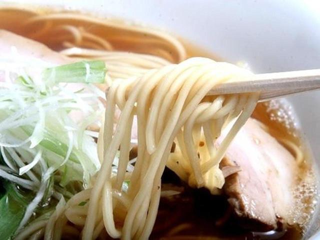 画像: 「しお」よりも少しだけ太め(といっても中細)な麺との相性も良いです。