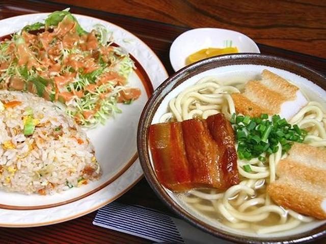 画像: 「そば・チャーハンセット」。沖縄そばは麺がちぢれていますが、宮古そばは平麺のストレートタイプ。汁もあっさりとしています。