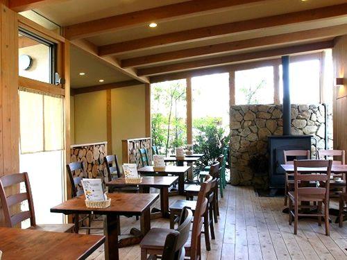画像: 木目を活かした店内に、暖炉が灯る、素敵な空間。