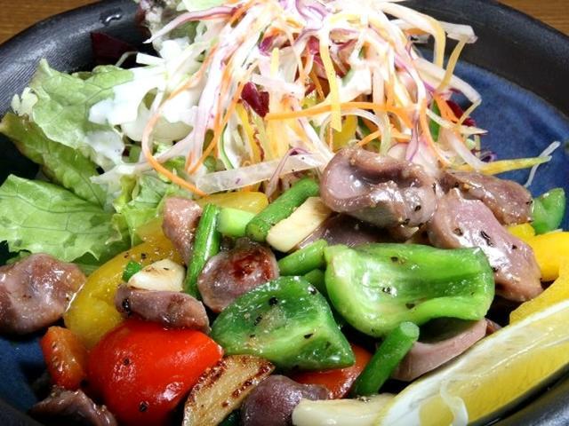 画像: 「砂肝ニンニク炒め」。野菜の彩りも良く、フォトジェニックな美しさも兼ね備えていますね。