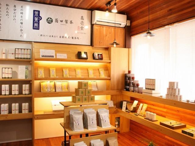 画像: 店内には、ずらりとさまざまなお茶が。陳列していないものもあり、総数は約150種類だとか。