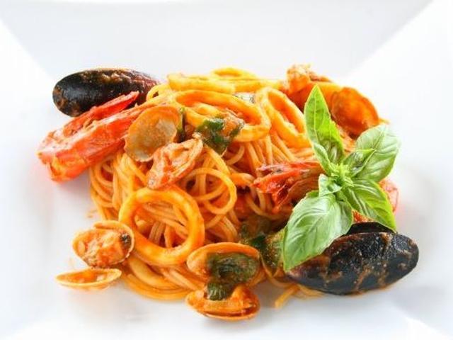 画像: ペスカトーレ。ムール貝や海老、イカなどの魚介で構成された、トマトソースベースのパスタです。