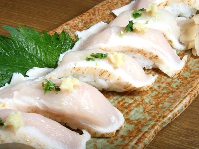 画像: 久米島赤鶏は島のブランド鶏。通常の鶏に比べて足が長く、大ぶりなんだとか。お寿司だと、しっとりとした肉質も楽しめます。