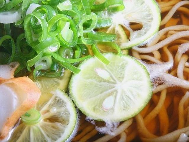 画像: 汁が変わっていて「うつぼ出汁」。ほんのり甘めな汁で、後を引くおいしさです。すだちの風味が、徳島の良さを表しています!