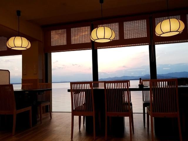 画像: 浜名湖の絶景スポットとして名高い「舘山寺サゴーロイヤルホテル」。ディナー限定の食べ放題ビュッフェは、2018年夏にオープン。