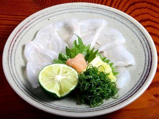 """画像: あこうの薄造り。他の地域では""""きじはた""""といったほうが分かりやすいかも。西日本では夏の風物詩としても知られる高級魚です。"""