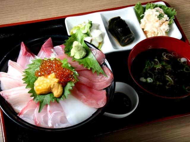 画像: 「特上海鮮丼定食」は、市場内という立地も活かした素晴らしい海鮮丼。醤油は福井市にある吉田醸造の甘口仕立て「栗菊」。