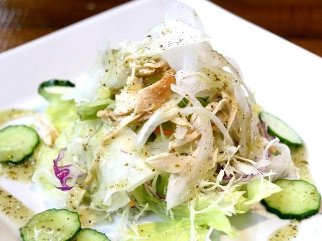 画像: サラダに使用する野菜は鹿児島や宮崎など南九州産を使用するこだわりぶり。本日の紫キャベツは地元の屋久島産。