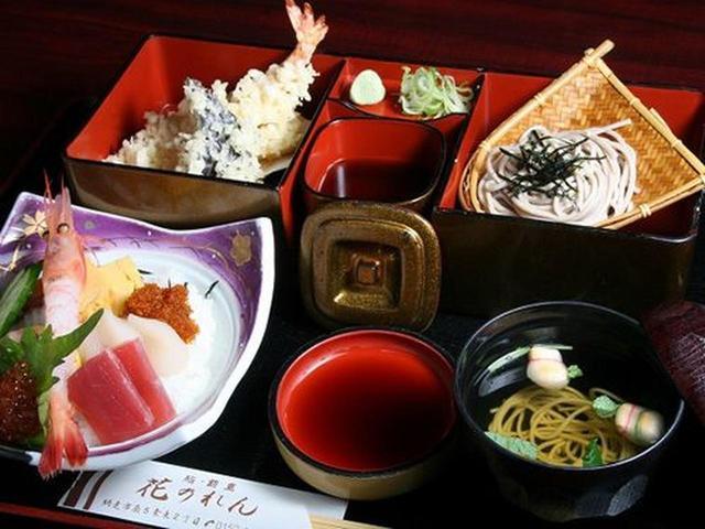 画像: ランチタイムは特にお得なメニューがたくさん。天ぷらとお刺身、蕎麦のセットをいただきました。
