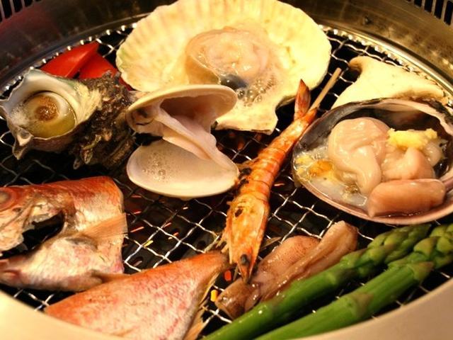 画像: 料理長が厳選した旬の食材を「海鮮プレート」で提供し、各テーブルで焼きながら楽しむこともできます!