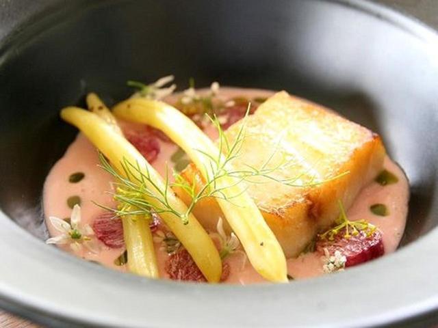 画像: 魚料理も選べます。こちらは、アブラボウズ。高級魚です。白身魚ですが、濃厚なとろりとした脂の載った味わいが楽しめます。