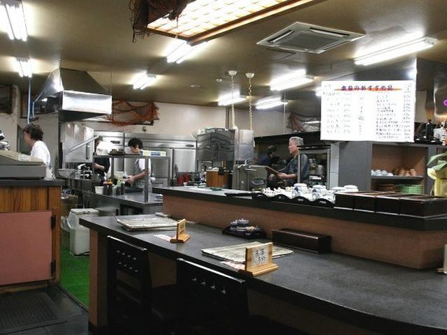 画像: 最初に驚いたのが厨房の広さです。僕の経験上ですが、厨房が広い飲食店は、美味しいところがとても多いです。清潔感もあり!