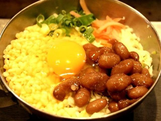 画像: 徳島豆天玉焼きは、甘く煮込んだ豆金時と小海老や干し海老のかきあげが入ったお好み焼きです。ちょっと、ドキドキします。
